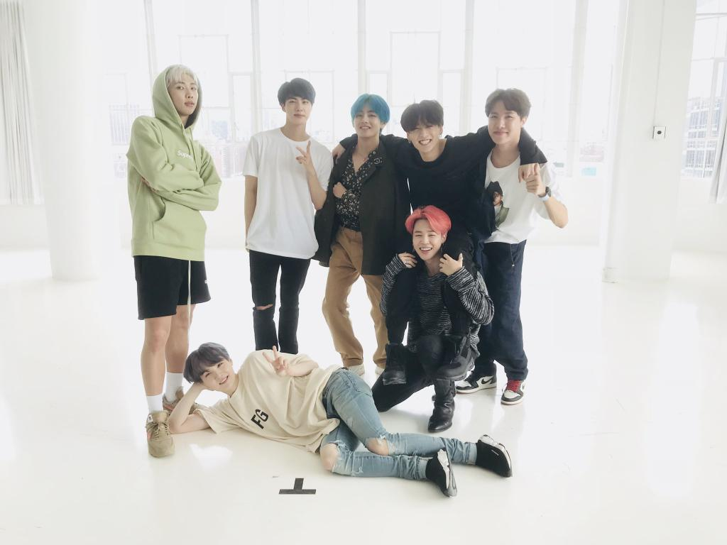 Follow me please, to vote for   @BTS_twt   #ArmyfolllowArmy  #ArmyfolllowArmy<br>http://pic.twitter.com/VDomF5cuRC