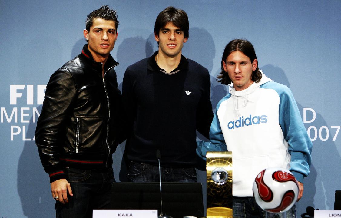 Diciembre de 2007. La gala de la FIFA. Lionel Messi y Cristiano Ronaldo posando junto a Ricardo Izecson dos Santos Leite. Fue el año de dominio del brasileño. En ese momento, el fútbol le pertenecía a Kaká. GENIO.
