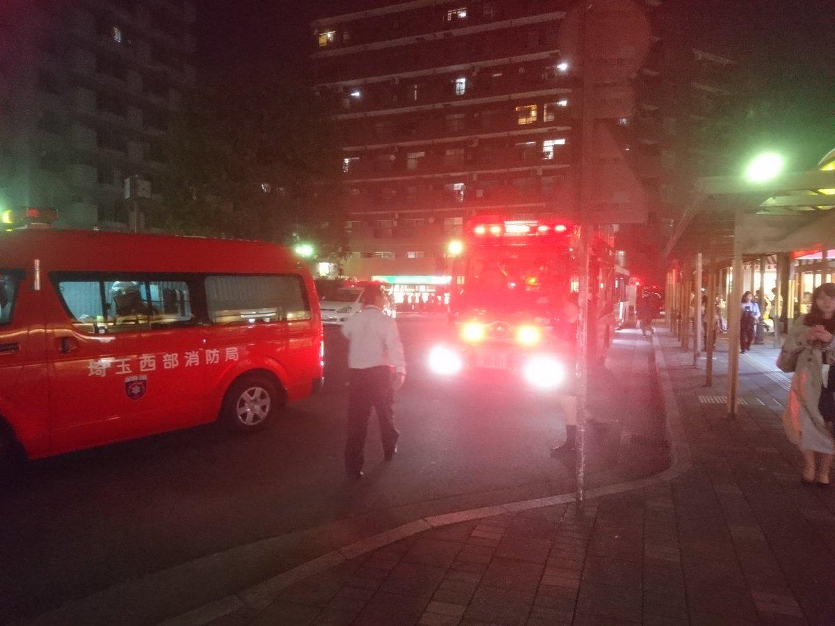 西武新宿線の新狭山駅の人身事故で消防車が集結している画像