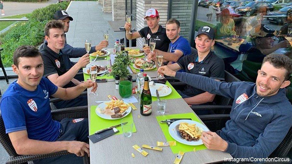 Na een krachttoer wacht krachtvoer: frieten met champagne voor Mathieu van der Poel.  https://api.sporza.be/permalink/web/articles/1555928735529…  #AmstelGoldRace2019 #wielrennen #opvallend