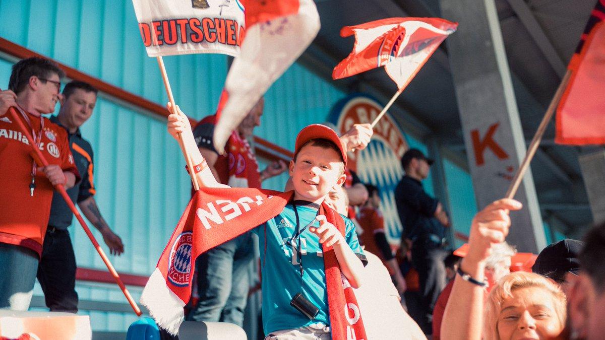 FAN MOMENTS!!! 😍❤️😍  Tausend Dank an unsere Fans für die großartige Unterstützung gestern! 🥁🚨🚩 @UWCL #MiaSanMia #FCBayern #FCBFrauen