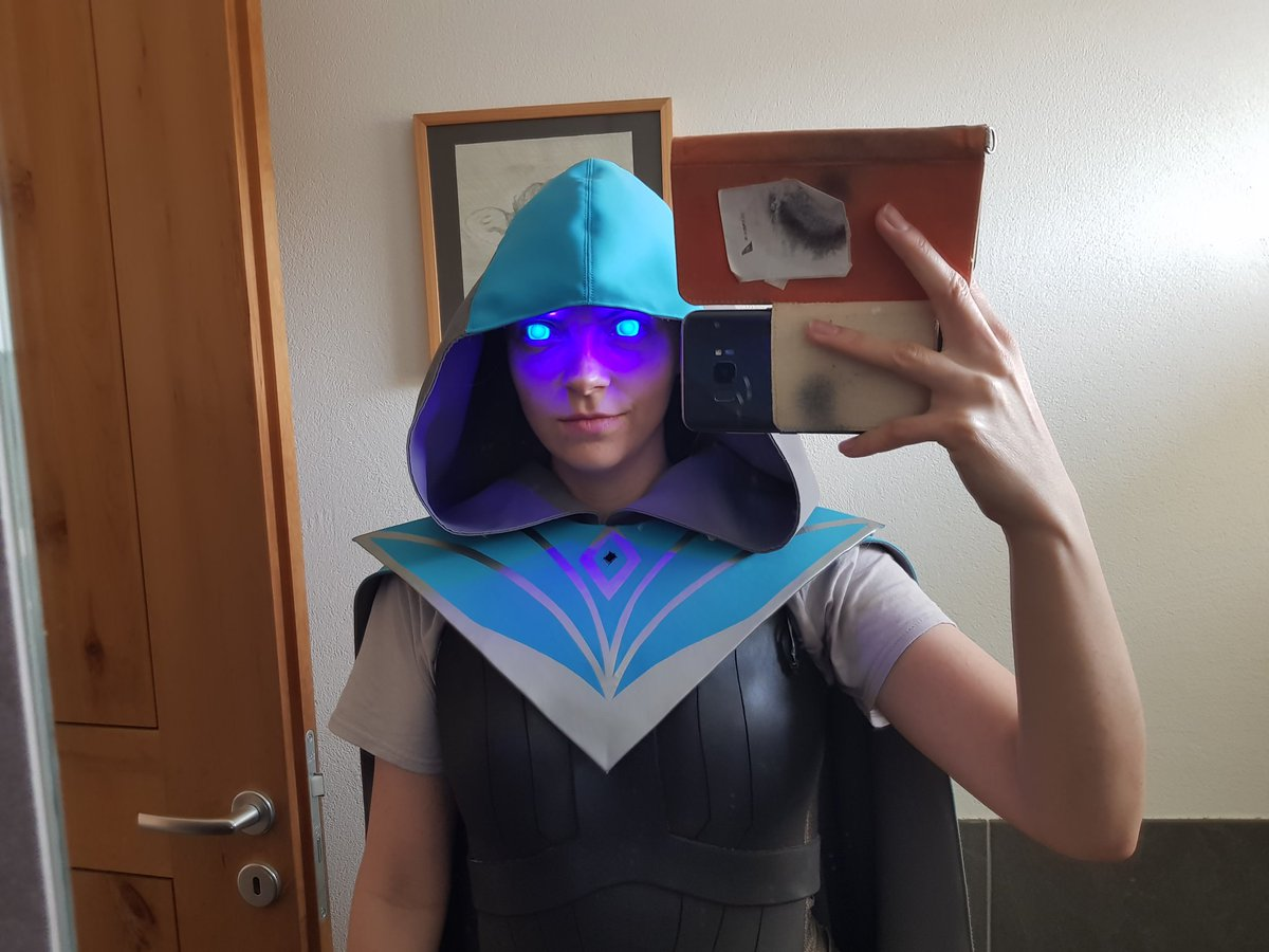 Hood isn&#39;t done yet BUT I MADE MY FIRST PARALLEL CIRCUIT WORK, CREEPY KASMINA EYES ARE A GO Thanks to @Sodiumkitten for sharing her knowledge on it and answering my dumb questions even though she&#39;s on a vacation #MFLondon SOON OMG #mtg #MTGWAR #cosplay #Kasmina<br>http://pic.twitter.com/vdlByXv43g