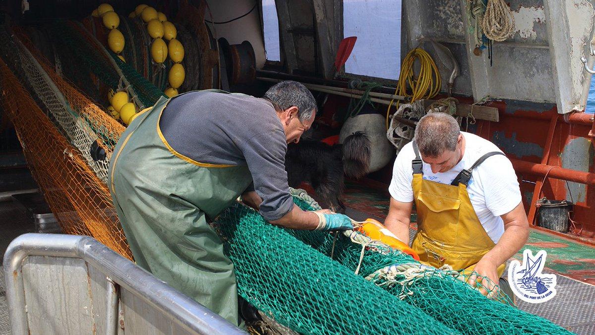 Durant la jornada de pesca són moltes les petites feines que es realitzen fins el moment de recollir les xarxes. #ElPortdelaSelva #altempordà #girona #costabrava
