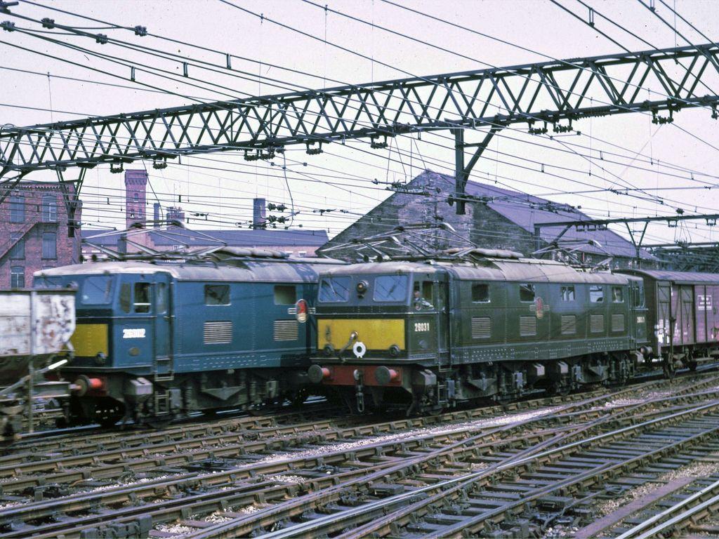 D4xarKIXkAEoo76 - Woodhead and the EM2s