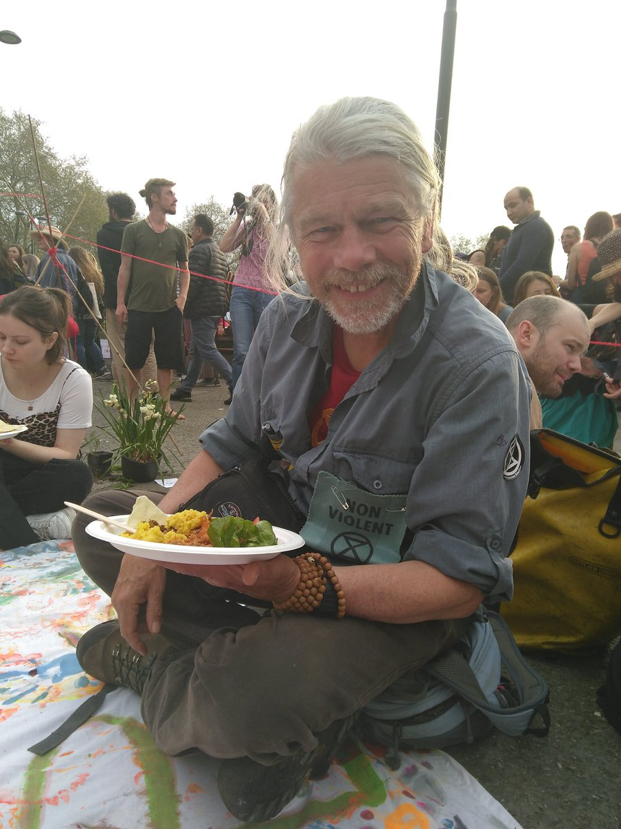 This evening we feasted with Colin from Totnes. He was arrested on Waterloo bridge on Wednesday as a legal observer. A lovely and lively discussion over fabulous food. #ExtinctionRebellion  #HumansofXR<br>http://pic.twitter.com/9twX3KCyqc