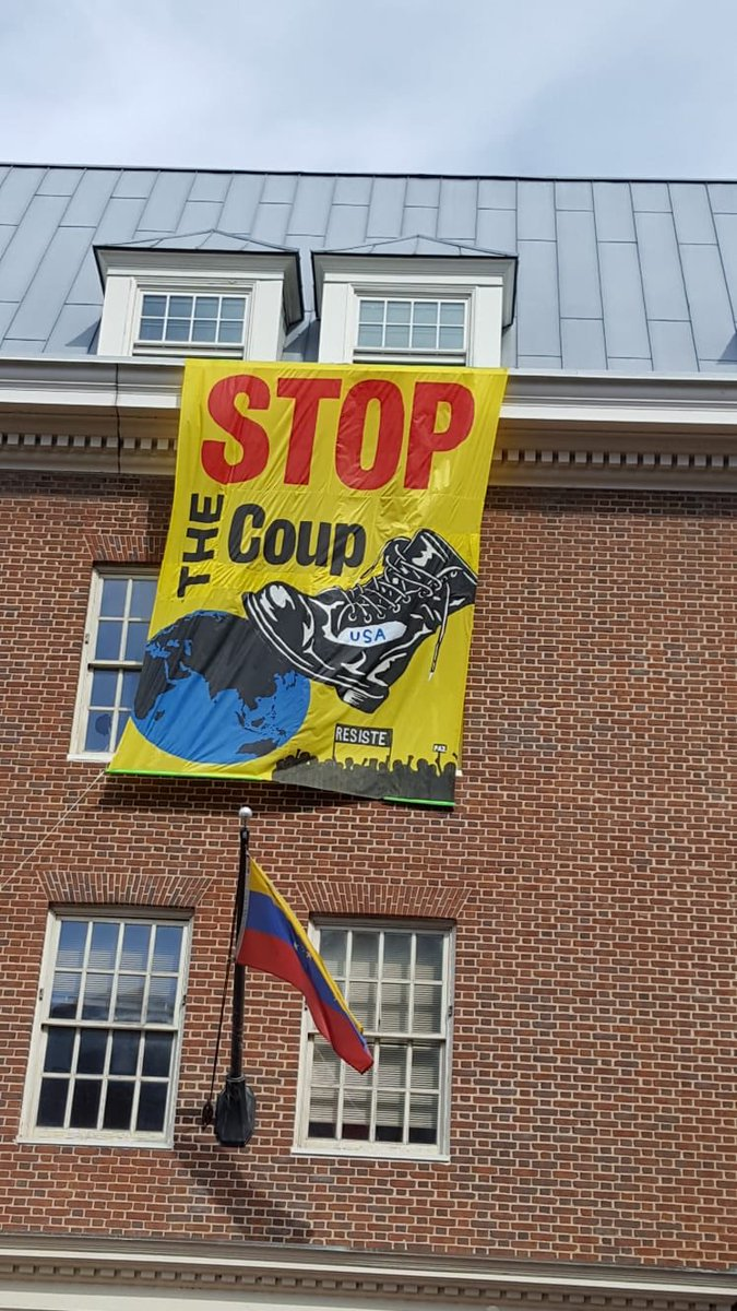 Yet another great banner we put up on the DC Venezuela embassy <br>http://pic.twitter.com/3WsyLMtN8O