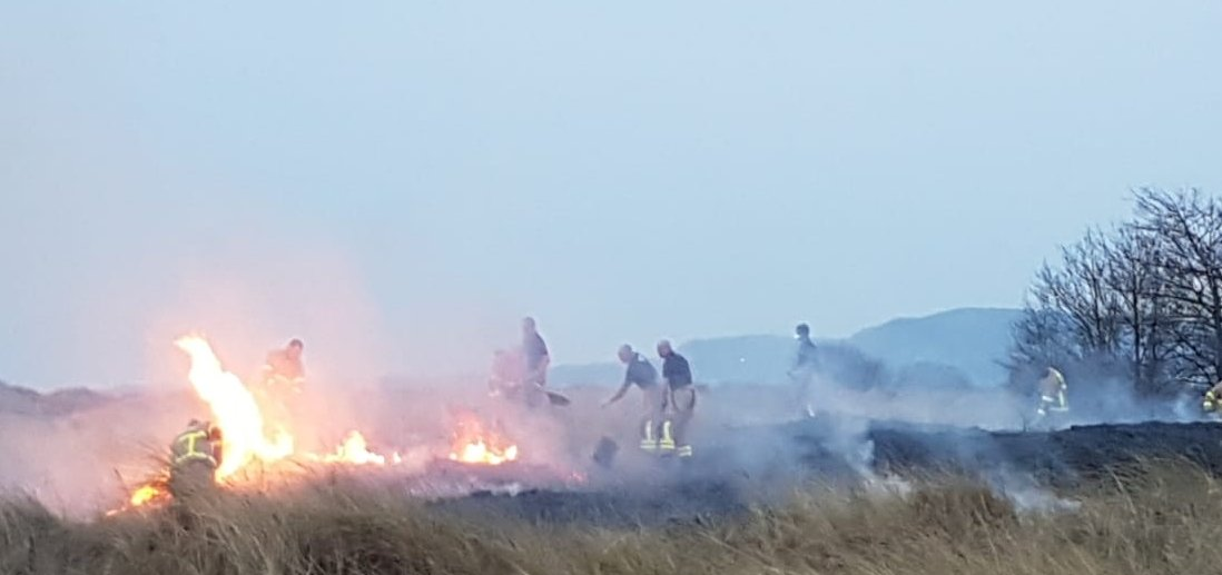 Firefighters from North Strand fire station at a grass / vegetation fire in Dollymount this evening. Dont delay calling 999 if you see one of these fires as its important to stop them spreading quickly #Dublin #fire