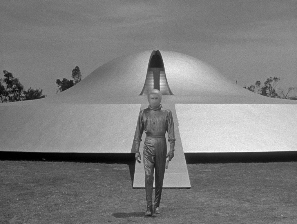 THE DAY THE EARTH STOOD STILL (1951)   Cinematography by Leo Tover  Directed by Robert Wise Explore more shots in our database: https://ops.fyi/ShotsDB