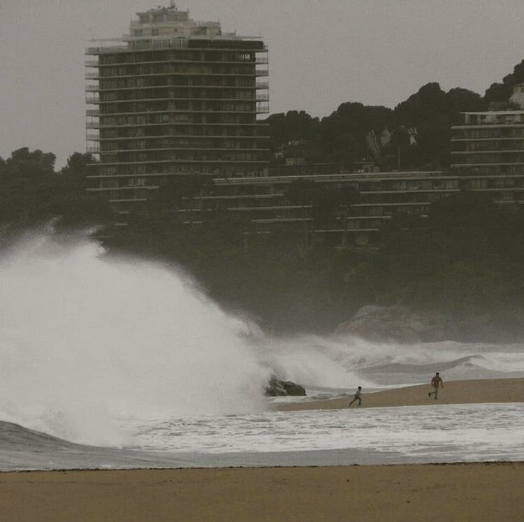 Fort temporal a la Costa Brava  #temporal #costabrava #onades #catalunya #waves #llevantada 📷 @llobarro1973