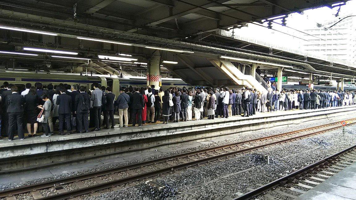 常磐線の線路内立ち入りで松戸駅が大混雑している画像