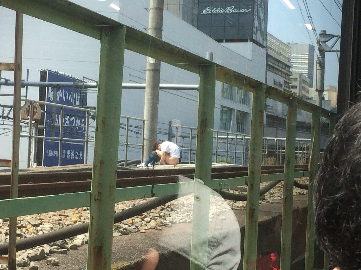 山手線の代々木駅の線路内に下半身露出男が立ち入っている現場画像