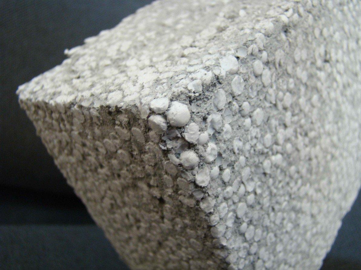 блок из смеси бетона и пенопласта