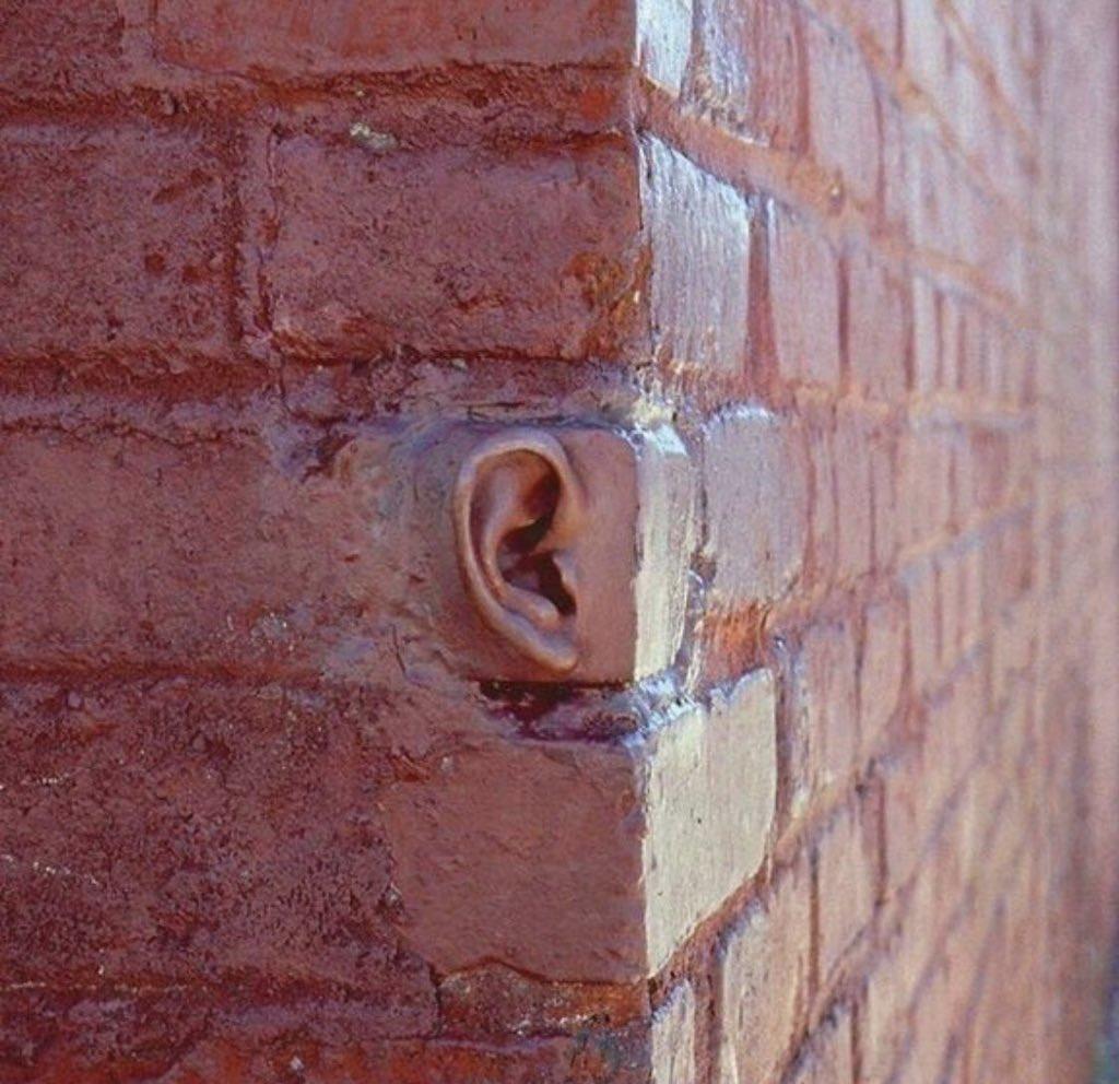"""يقول د.غازي القصيبي : لو استبدلنا المقولة الشهيرة : """"للجدران أذان"""" بالمقولة الصحيحة :""""للملائكة أقلام"""" لخرج لنا جيل يراقب الله عز وجل ولا يراقب الناس .!"""