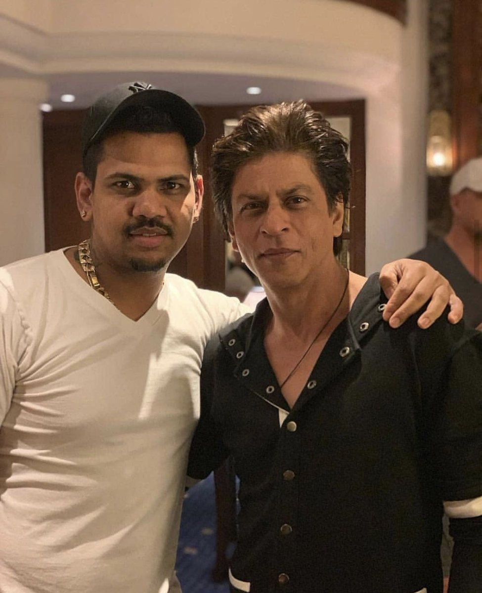 .@iamsrk poses for a picture with #KKR's #SunilNarine after their game against #MI last night.<br>http://pic.twitter.com/Q9xuQwBAtR