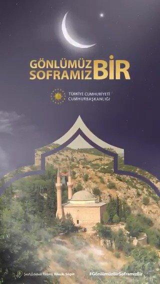 Cumhurbaşkanlığı, bu Ramazan Türkiye'nin ve dünyanın dört bir yanından gelen ve Ramazan kardeşliğimizi pekiştiren video mesajları #GönlümüzBirSoframızBir etiketiyle sosyal medya hesaplarından paylaşıyor.  İlk selam Osmanlı'nın kurulduğu topraklardan, Söğüt'ten.