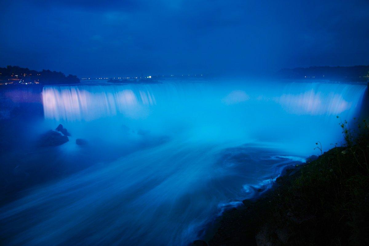Ниагарский водопад подсветили синим – в честь рождения первенца принца Гарри и Меган Маркл