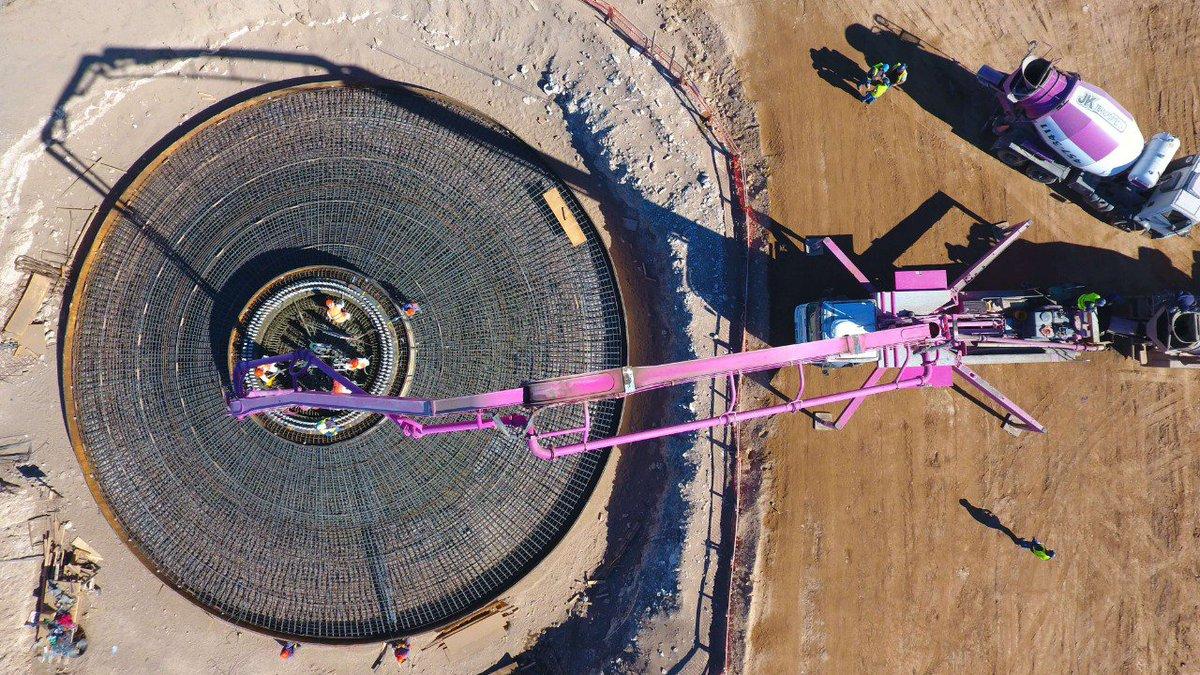 Comenzó el hormigonado de las bases donde estarán los 4 aerogeneradores del Parque Eólico La Castellana II, ubicado al sur de Buenos Aires. El proyecto requiere de una inversión de U$S 20 millones y venderá electricidad a industrias y grandes usuarios. #EnergíaDelViento #MaTer