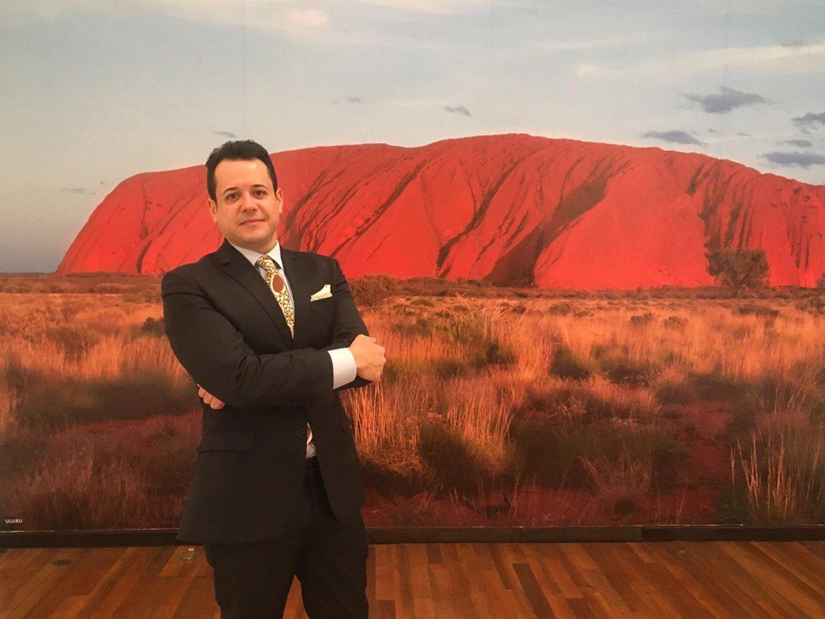 Conoce a Clay D' Paula: el curador de la exposición Tiempo de soñar que llega con el @FestivaldeMayo. Fue el encargado de seleccionar 40 obras relacionadas con el arte de los pueblos indígenas australianos. https://t.co/QeVR81lQpf