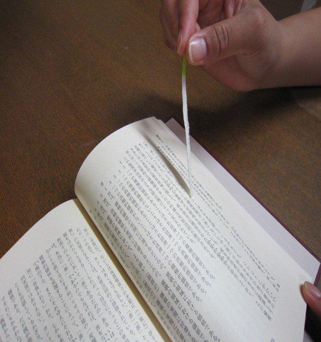 「本に付箋(ポストイット)を貼ると剥がす時に本が破れる」「文字のインクが付箋と共に剥離する」という話がしばしば見受けられますが、あれは本当です。特にプラスチック製のフィルム付箋と古い本の組み合わせが悲劇を起こします。うちの子(蔵書)も、こんなことに・・・。#司書の豆知識