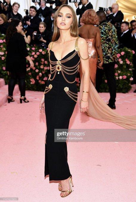 2565bdc0636e8 ジョニーデップの娘でCHANELの広告塔も務めるリリー・ローズ・デップちゃん、MetGalaにて「セーラームーン」のキャラクターをモチーフにしたドレスを着てたみたい😍💕  ...