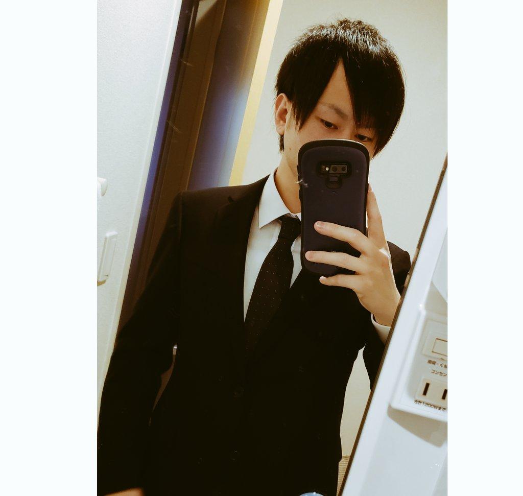 黒髪にしたの何年ぶりかわからん?転職成功記念のスーツ姿をパシャリ()