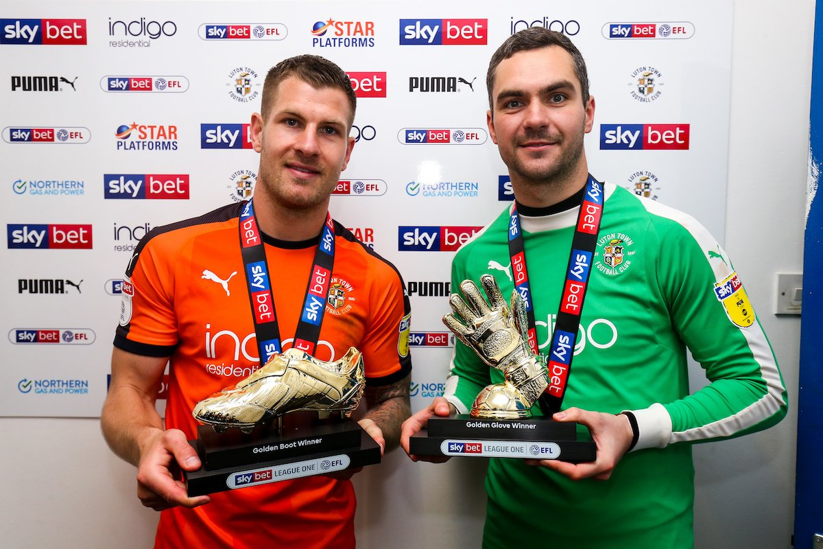🏆 GOLDEN BOYS | There was quite a lot going on on Saturday as you might have noticed. Two huge individual awards were handed out during the mayhem, with Collins winning the Golden Boot and Shea picking up the Golden Glove for @SkyBetLeagueOne! 👉 bit.ly/302G5ov #COYH