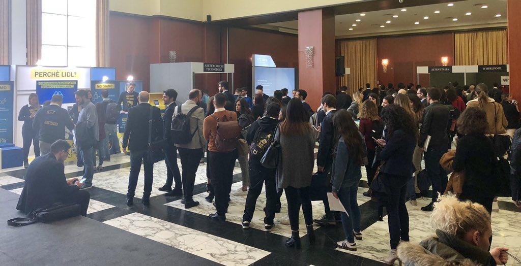 イタリアはナポリで行われている就職イベントに潜入。箱は日本のイベントに近いけど、参加する人のスタンスや企業と候補者のコミュニケーションが全く違う。正規雇用に期待していないという謎…番組でしっかり可視化したい?