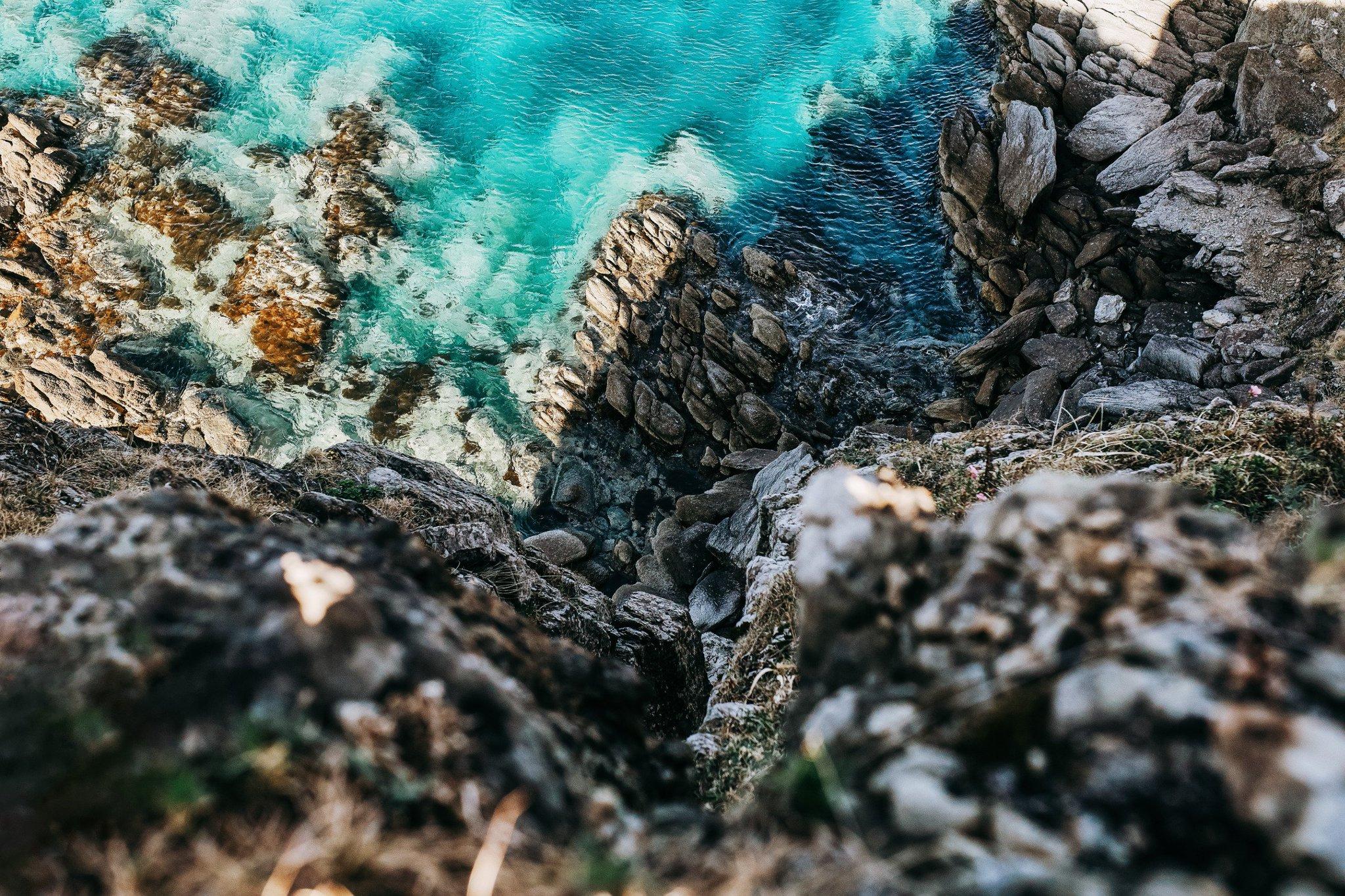 Мыс Брюса, вид на скалы и ярко-голубое море с обрыва