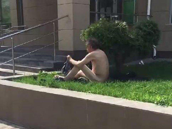 голый парень в фонтане ничем