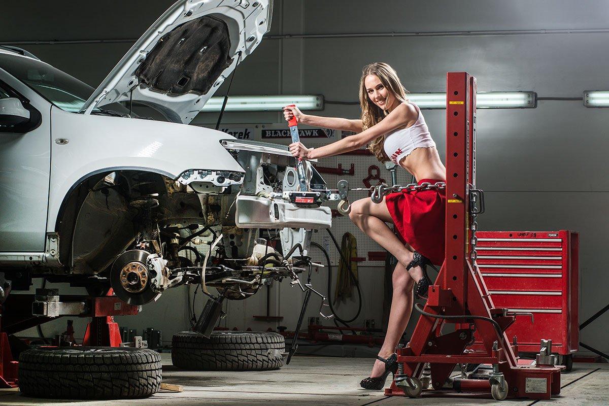 Женщина ремонтирует авто