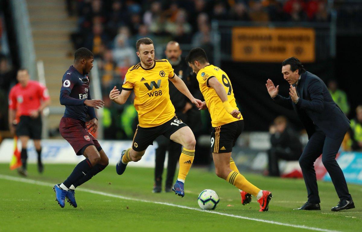 Pelatih Arsenal Uney Emery (kanan) menyaksikan perebutan bola di tepi lapangan persih di hadapannya.