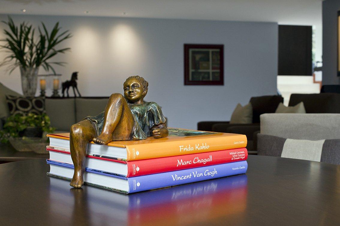 Además de ser objetos que nos brindan conocimiento e inspiración, los libros son grandes elementos decorativos que muestran nuestros intereses y gustos. https://t.co/yxBtWIbKHz