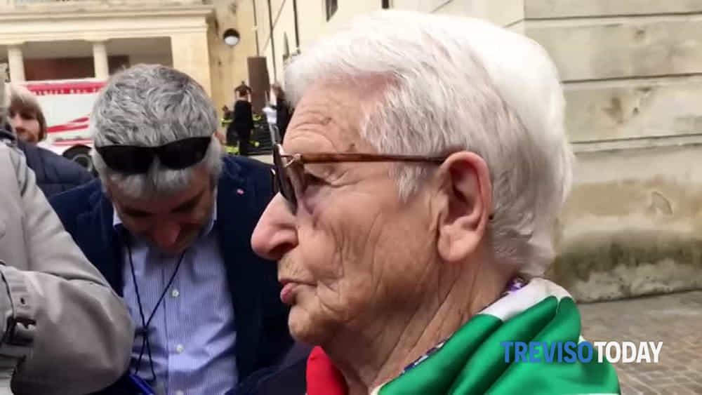 La partigiana Leda Azzalini in lacrime a Vittorio ...