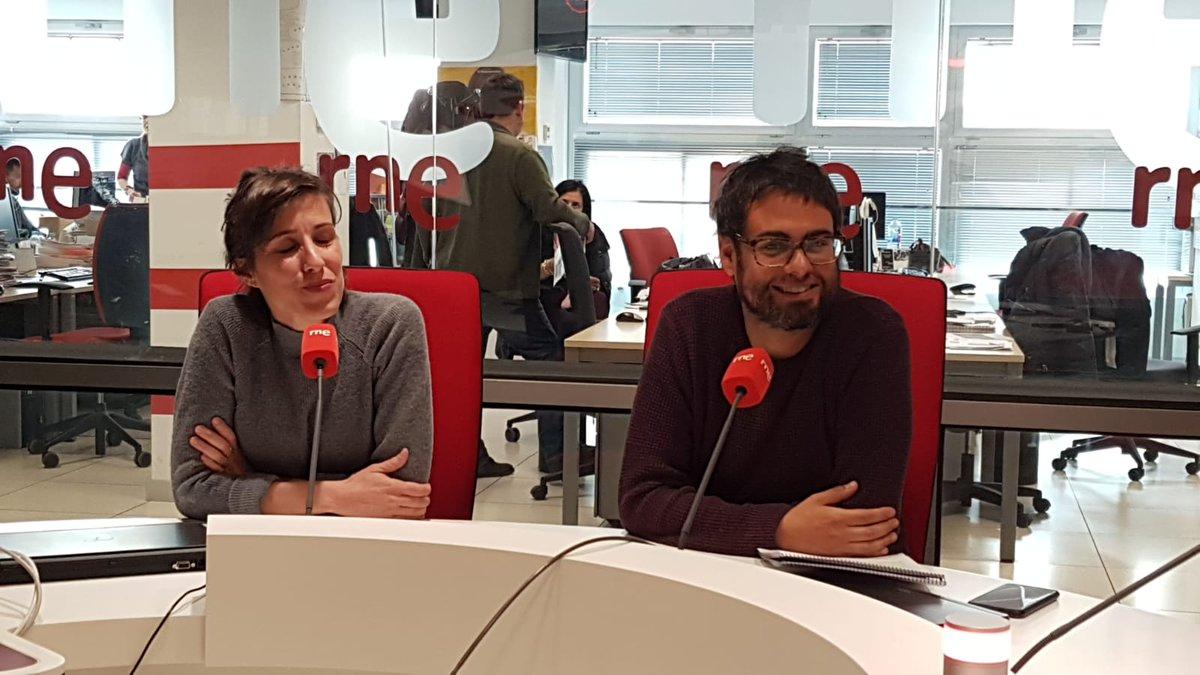✍️📖Hablamos ahora de poesía con #LosPeligro (@txepeligro y Liliana), que presentan mañana en el @teatrobarrio el espectáculo 'Freelance Show', un nuevo encuentro de #Elbarrioespoesía por @lanochelibros.  📻 http://rtve.es/radio/radio-nacional/directo/…