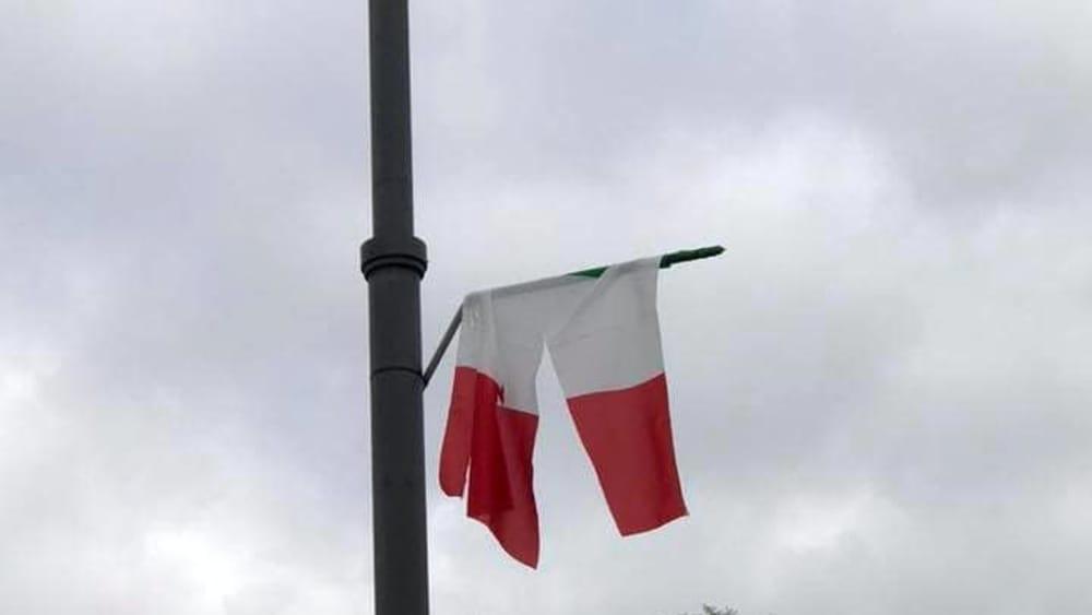 Tarzo: tagliate nella notte le bandiere italiane p...