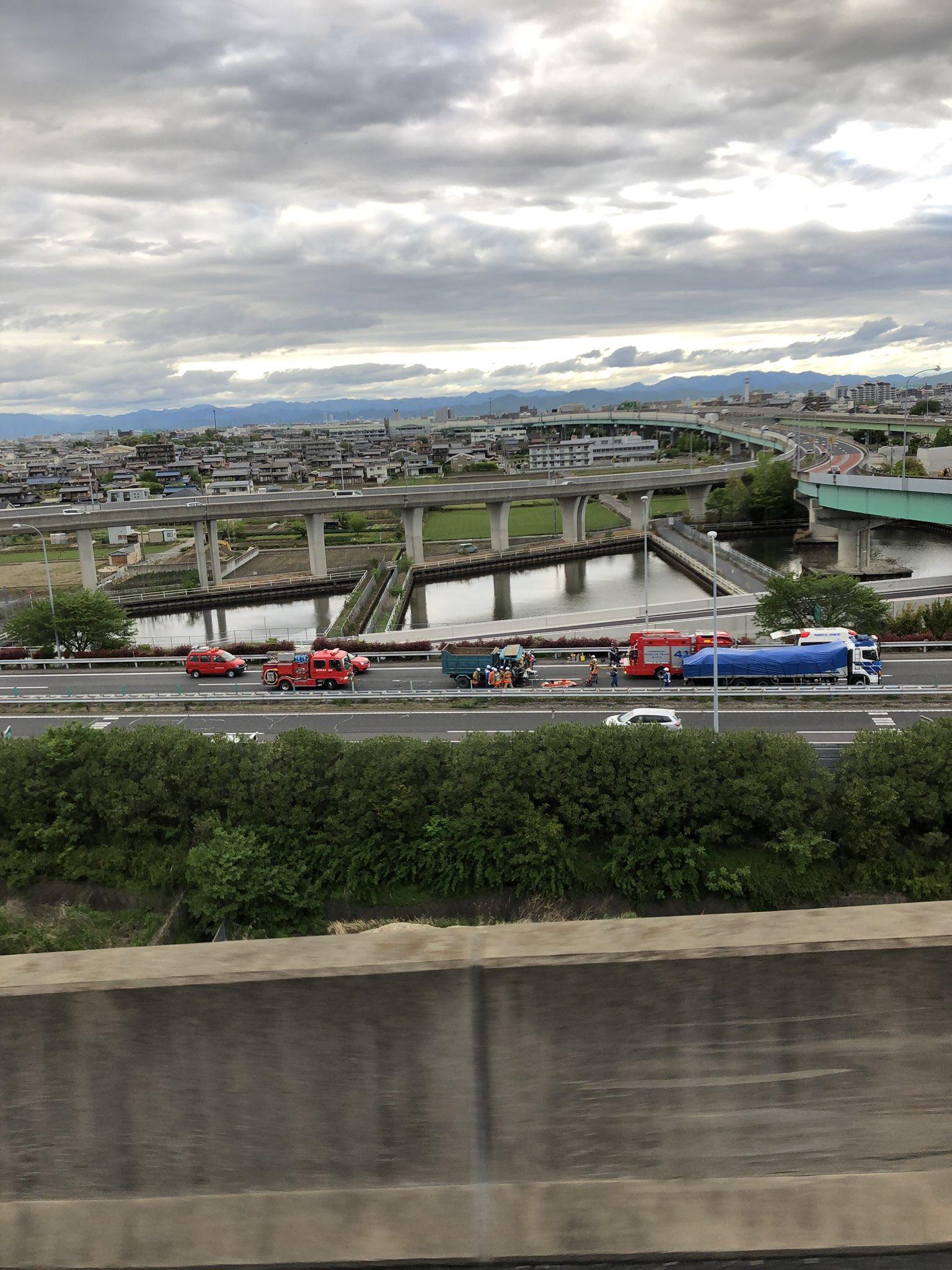 名神高速で大型低床車とダンプカーが衝突する事故現場の画像