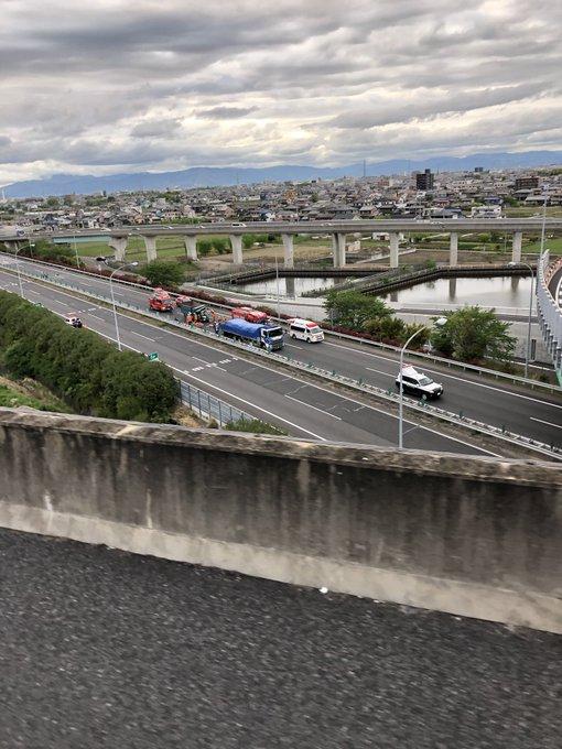 名神高速でダンプカーが追突し大破した事故現場の画像