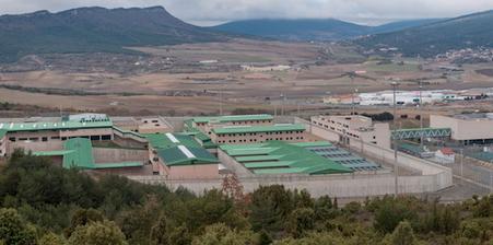 Salhaketa ha confirmado la muerte de un joven de 28 años en la prisión de Zaballa https://www.naiz.eus/eu/actualidad/noticia/20190426/muere-otro-joven-en-la-prision-de-zaballa-el-cuarto-en-lo-que-va-de-ano… Son ya cuatro los presos fallecidos en lo que va de año en la cárcel alavesa
