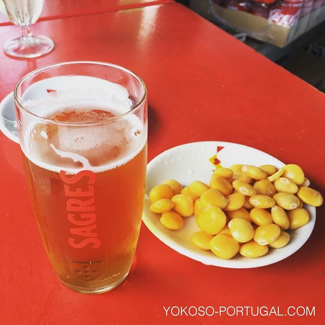 test ツイッターメディア - ポルトガルでは、生ビールはImperial (200ml)が主流です。おつまみは黄色いお豆さんTremoço。日本のエダマメ的な存在です。 #ポルトガル料理 https://t.co/RYwoFsKfdz