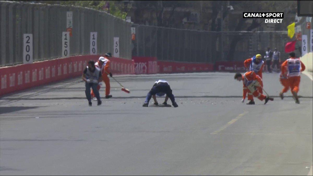 🛑🏎️ La séance est interrompue pour vérifier la sécurité de la piste après un problème de plaque dégout 🛑 #AzerbaijanGP 🇦🇿 #F1