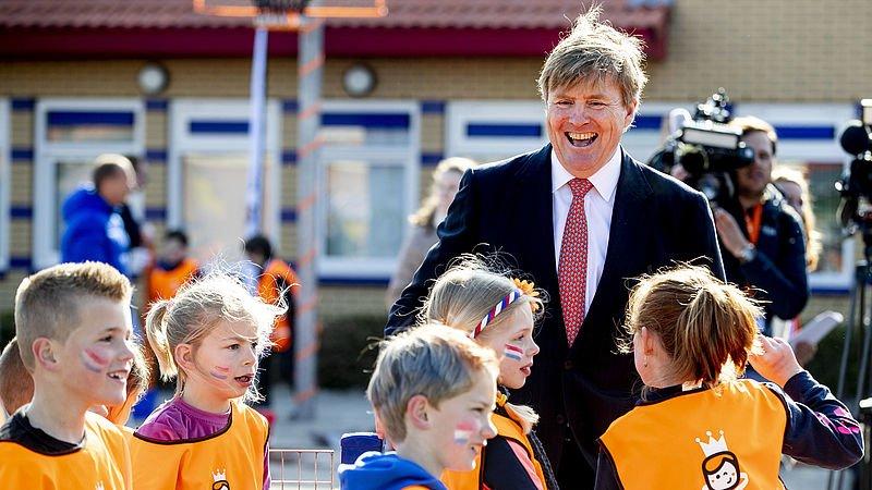 Koning Willem-Alexander is ook dit jaar weer populair. Dat blijkt uit het onderzoek over Koningsdag door #EenVandaag. Wel doet hij het op veel aspecten een stuk minder dan vorig jaar.. Lees hier de uitslag: https://t.co/YsSURQoufJ #koningsdag2019 https://t.co/RkHgTLNYmr