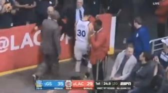 【影片】突發!柯瑞防守踩到對手導致腳踝90度扭傷,目前已回到替補席!-籃球圈