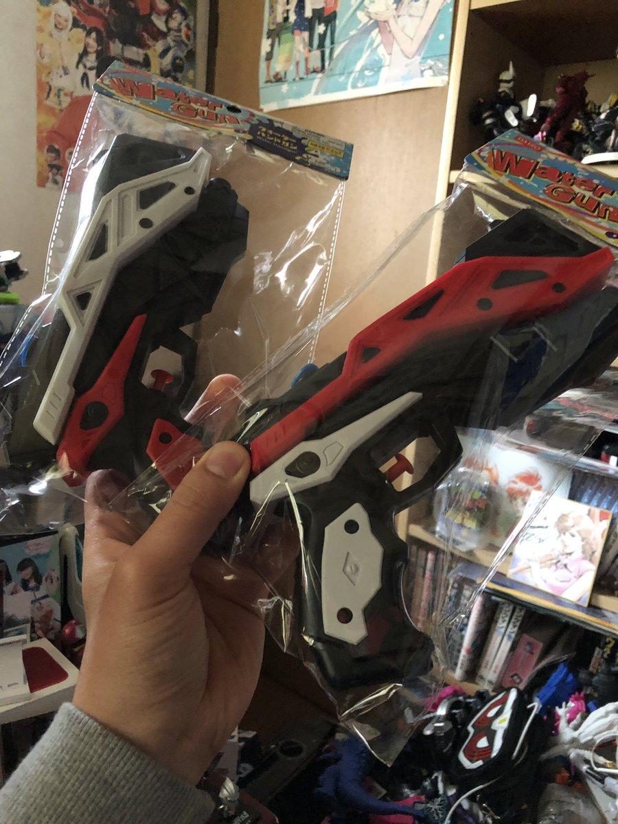 test ツイッターメディア - Twitterで話題のカッコよすぎるダイソーの水鉄砲ようやく見つけました!最初赤だけ買おうとしたんだけど安いから色違いで2丁購入!その名の通りハンドガンなのでリベリオンのガン=カタやるとカッコいいよ!! #ダイソー #水鉄砲 #リベリオン https://t.co/734FbEGn0k