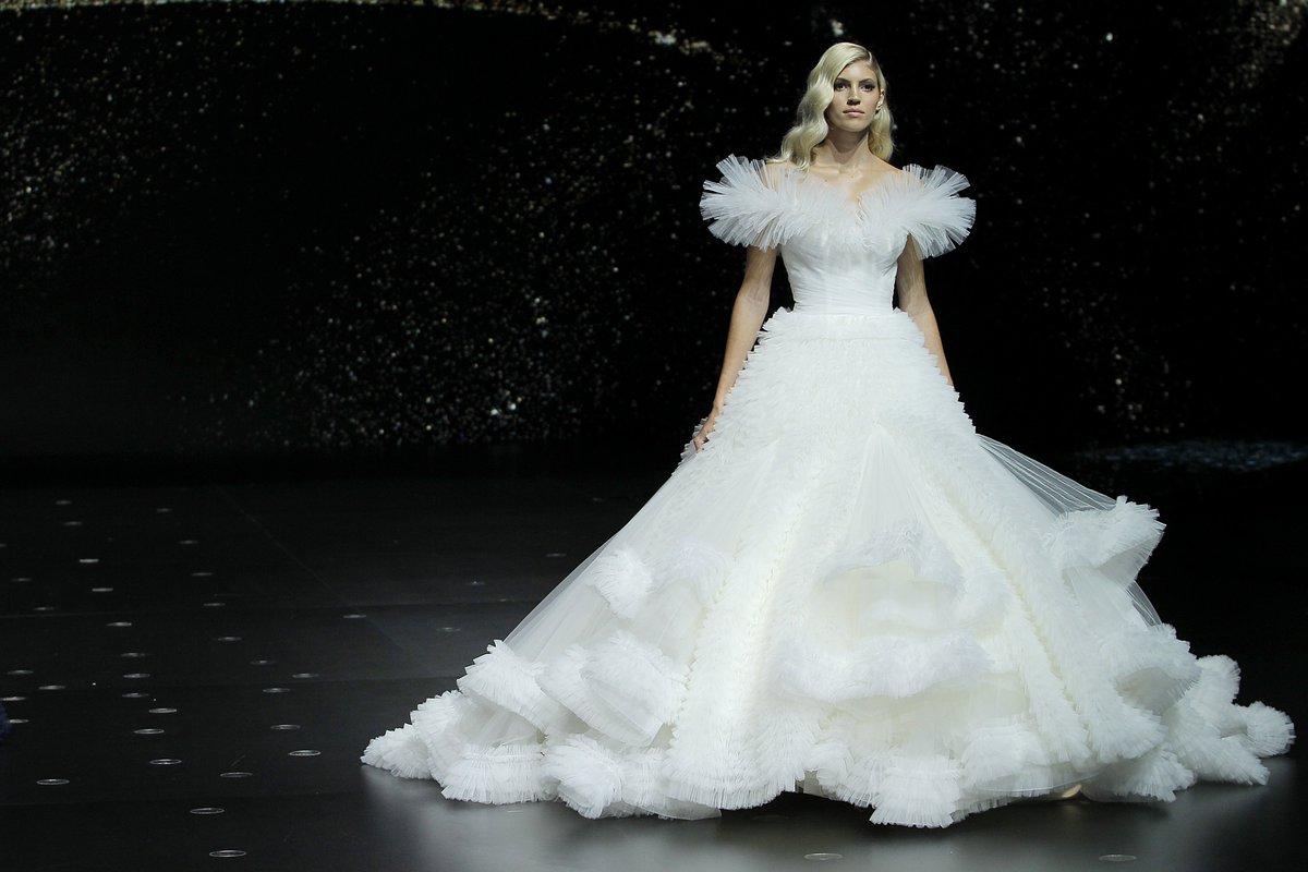 dfcd47e056 desfile de pronovias 2020 vestidos de novia para todos los cuerpos y edades