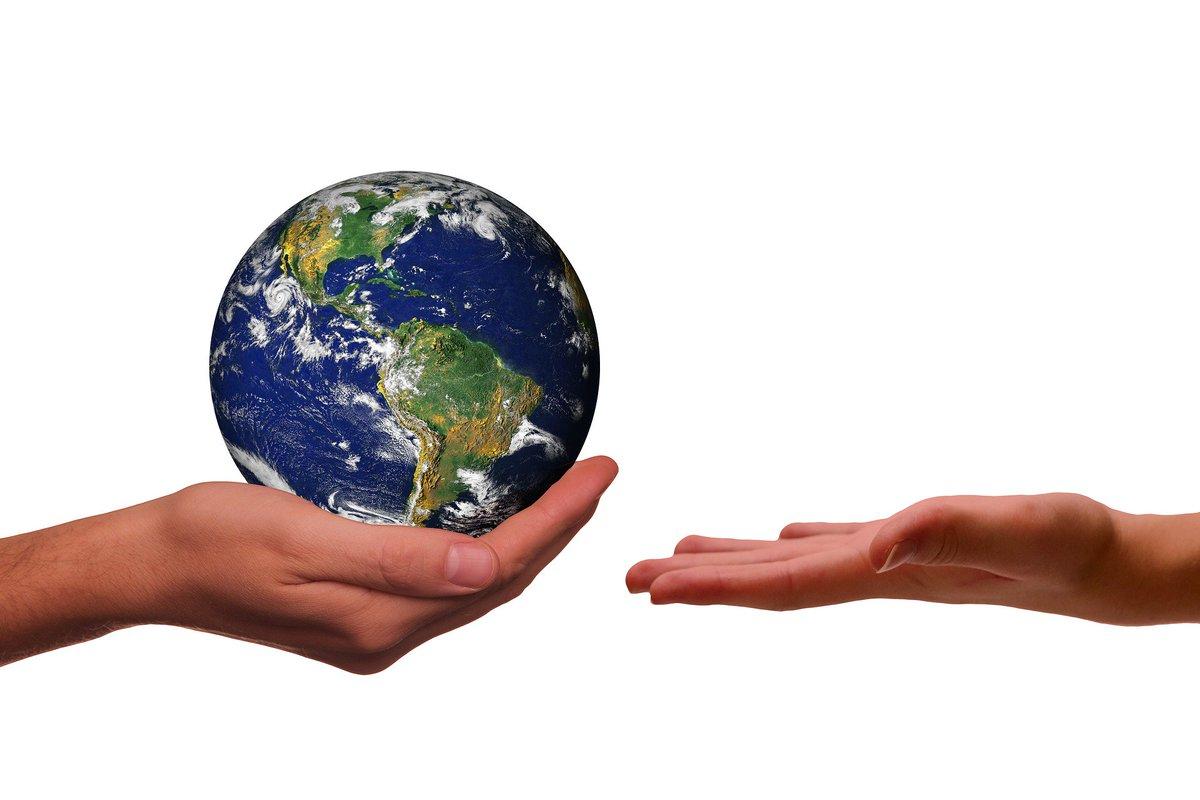Картинка земля в женских руках содержат