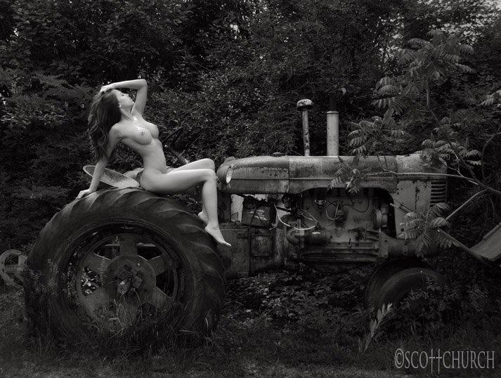 голая девушка и трактор фото шикарные очень сексуальные