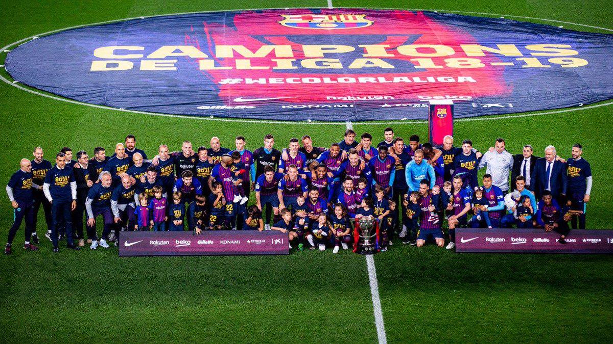 Los jugadores del Barça festejan el título de LaLiga.