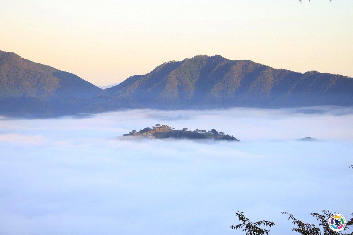 こちらは、雲海に浮かぶ竹田城です。但馬No11 朝来市。 <ビューポイント> 立雲峡第一展望台。 <見えるもの> 雲海に浮かぶ「天空の城」竹田城。 #hyogoview150 #ひょうごの景観 #viewpoint150 #lovehyogo #兵庫県