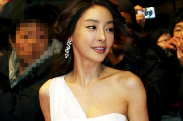 """#JangJayeon's voice recording """"he said that he will kill me"""" revealed - possibly threatened by someone in addition to CEO Kim who is related to the sex entertainment business + media threatened by Bang CEO from Chosun Ilbo for posting any news about Jang https://forms.gle/5GvGmayJFGvb3wrPA…"""