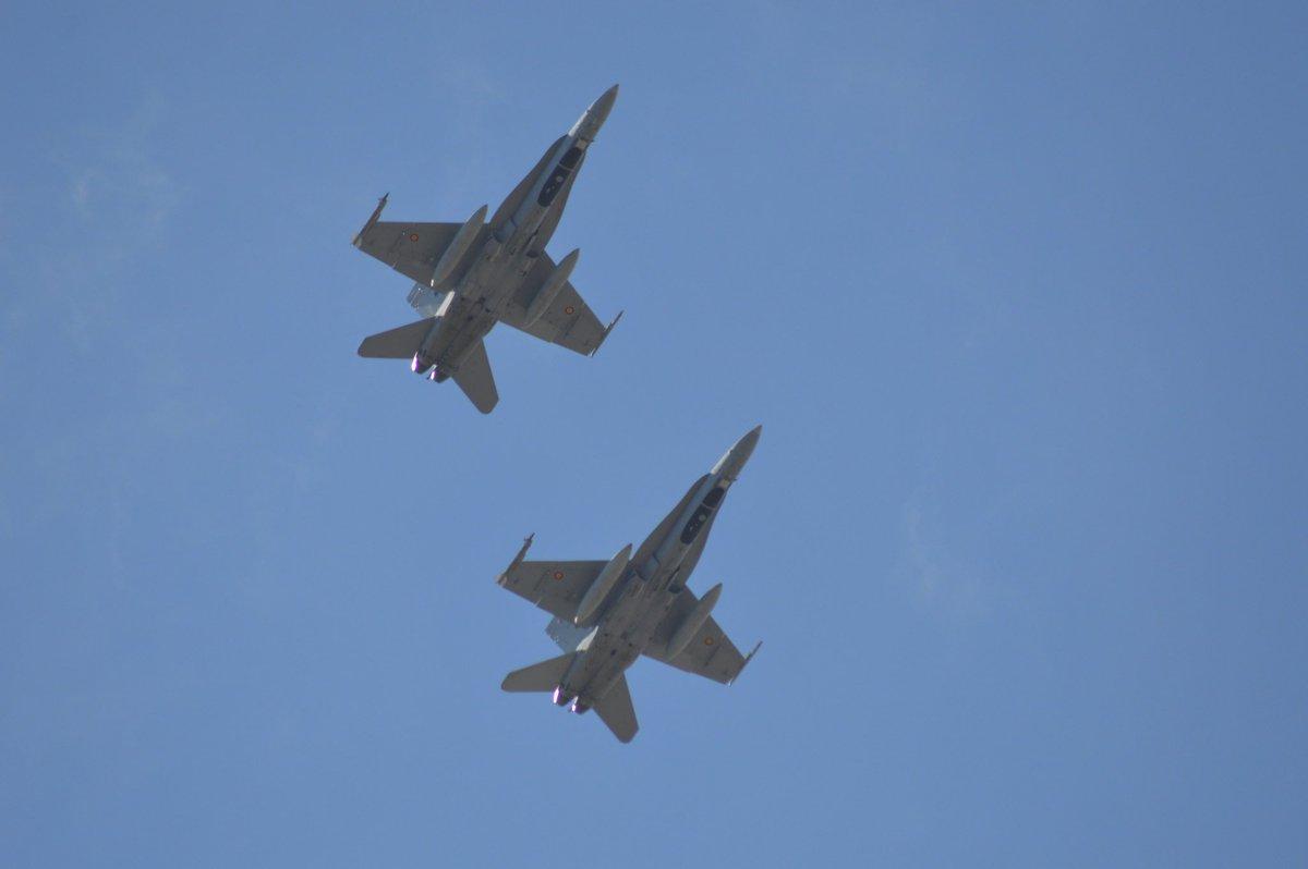 Esta tarde se han podido ver en vuelo rasante por Alvedro dos unidades del F18 de Ejército del Aire.